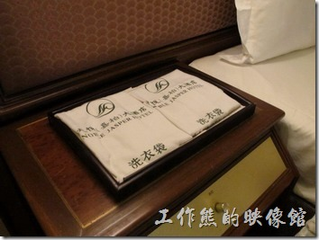惠州天悅(嘉柏)大酒店。客房內的鬧鐘與洗衣袋,都放上床頭上,好像在提醒你要早起,還要記得洗衣服。