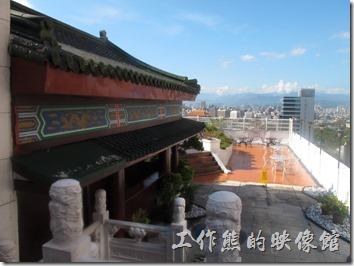 台北凱薩飯店的空中花園,夏天其實很熱,剛從冷氣房出來,連鏡頭都蒙上了一層水霧。頂樓還有一棟中國式的建築以及按摩池。