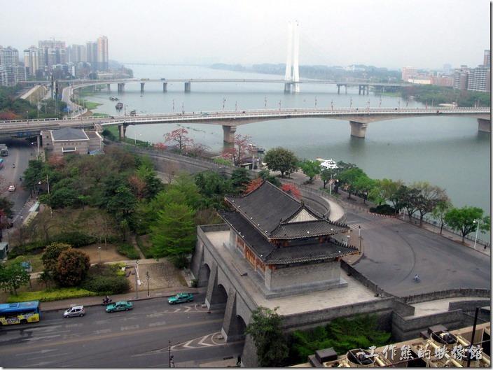 惠州-康帝國際酒店。飯店一旁有個很氣派的「朝京門」,可以原本的舊城門已經因為戰亂而毀損,這座朝京門是在2006年以明代惠州北城原來樣貌復建。