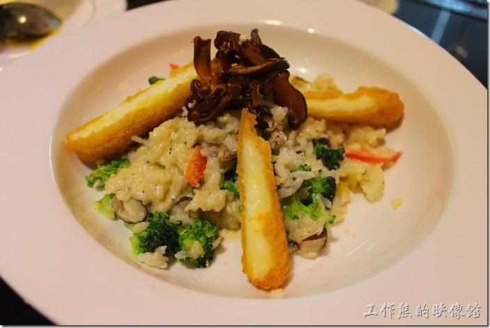 台東-愛上台東義大利餐廳。浪漫雙人套餐的「芝心奶油蔬菜燉飯(素)」,單點NT$208,套餐$328,使用拉絲乳酪油炸後切開,燉飯使用奶油燉煮。個人覺得這燉飯很好吃,比一般的焗烤飯好吃,上面還有乾煸的香菇。