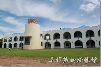 台東豐源國小-地中海造型學校。學校的背面。