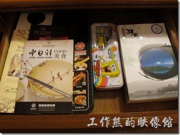 惠州天悅(嘉柏)大酒店。客房書桌的抽屜內有個海綿寶寶的鉛筆盒耶!不過非贈品,不得攜出。另外還有幾本介紹惠州旅遊的書。