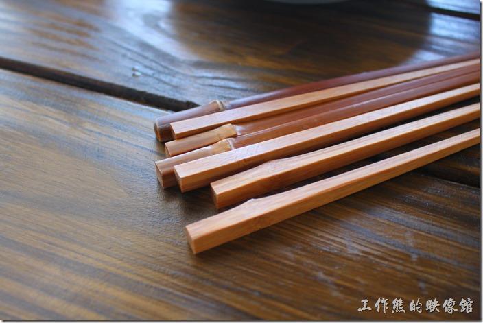 台東池上-一夜情黃姐民宿。吃早餐了,很特殊的筷子吧,直接把竹子稍微加工後去毛邊上油後就可以用了,有種粗況原始的感覺。