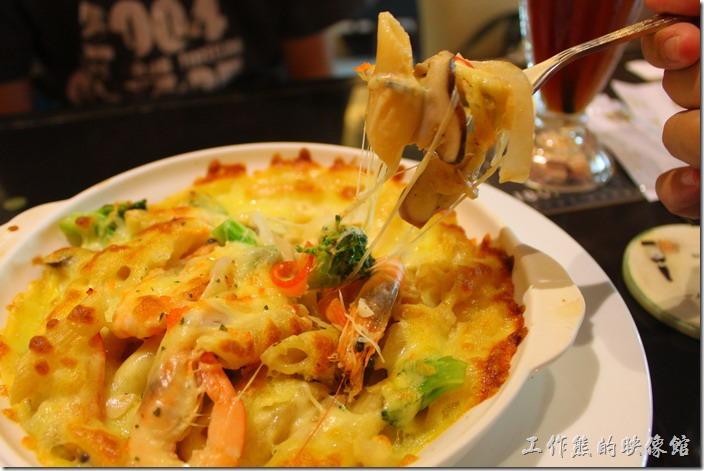 台東-愛上台東義大利餐廳。明太子奶蝦焗麵。裡頭使用了滿滿的蝦子,身體已經去殼,喜歡吃蝦子的朋友一定不可以錯過,鮮蝦與明太子在嘴裡跳動的感覺,配上筆管麵的軟Q,讓人有吃到蝦子的滿足感,還有吃到麵條的飽足感。