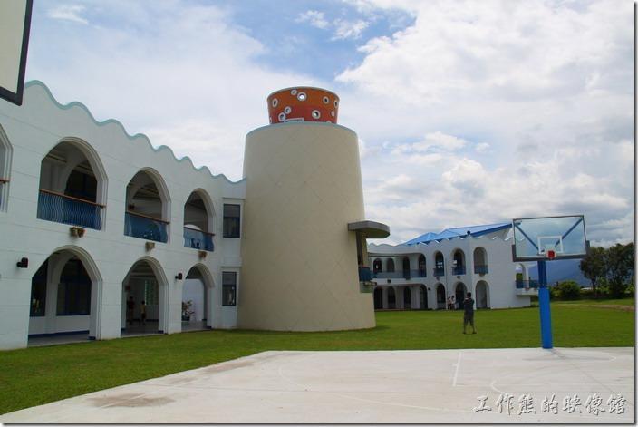台東豐源國小-地中海造型學校。欄球場的籃框及鐵架也是藍白顏色。