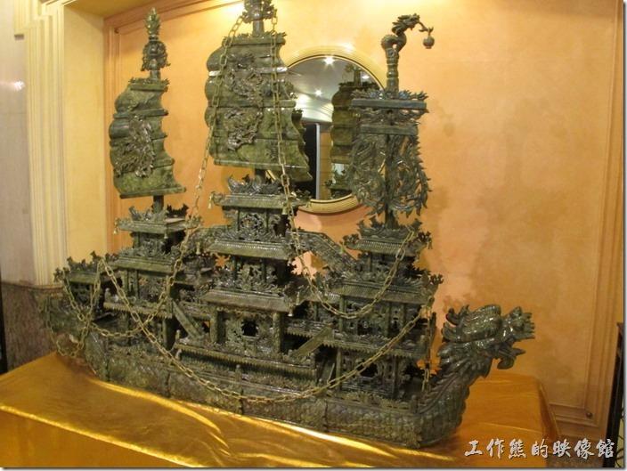 惠州天悅(嘉柏)大酒店。這塊龍舟畫坊應該還蠻值錢的,這石頭的材質跟玉有點像。