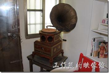 台南-小巷裡的拾壹號。店主人的收藏品,有留聲機與重型機車模型。