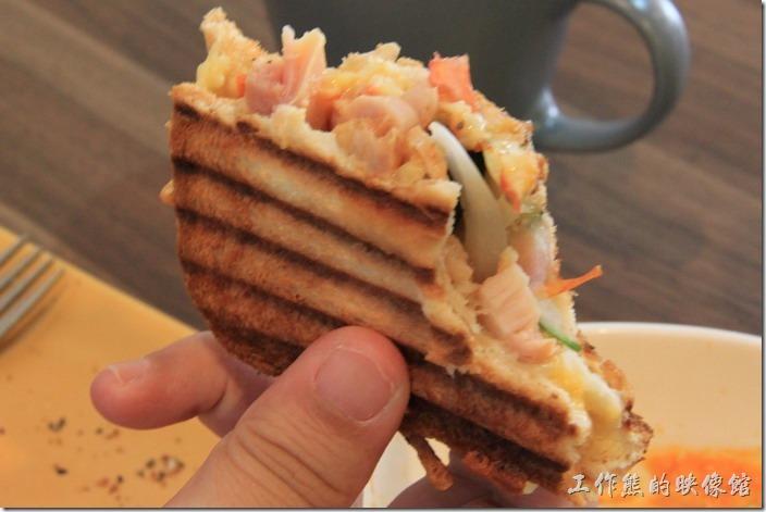 台南-帕里諾咖啡。迷迭香雞帕尼尼,吃起來有點類似三明治,但是土司的外皮被烤到具有酥脆的口感,但是內餡還是非常的軟嫩,作為早餐或是輕食非常適合。