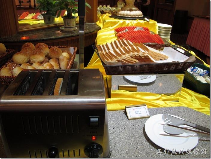 惠州天悅(嘉柏)大酒店。早餐餐廳的景象,我大概只有麵包可以吃。