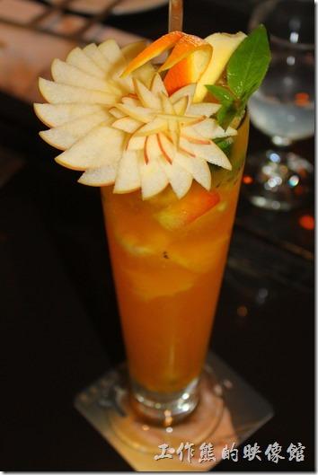 台東-愛上台東義大利餐廳。浪漫雙人套餐的「浪漫飲品」,我們選了一杯「夏威夷冰果茶」(左圖),單點NT$150,一杯「檸檬愛上飲,單點」(右圖),單點NT$90。光用看就的就是一種享受了,尤其是「夏威夷冰果茶」的刀工真的沒話說。