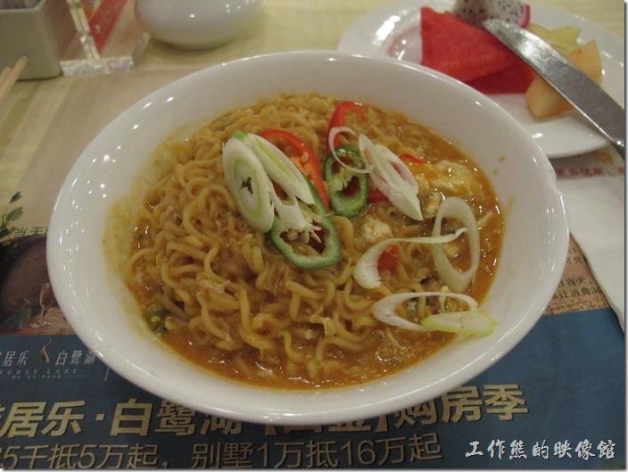 惠州天悅(嘉柏)大酒店。這是「辛」拉麵煮出來的的泡麵,居然煮成乾麵,還加了料,味道有點給它怪,所以沒吃完。