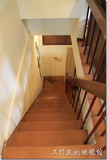 「小巷裡的拾壹號」連接一、二樓的磨石子樓梯,似乎較早期房子的樓梯都是這樣子小小又很陡的模樣,應該是為了省空間吧!。
