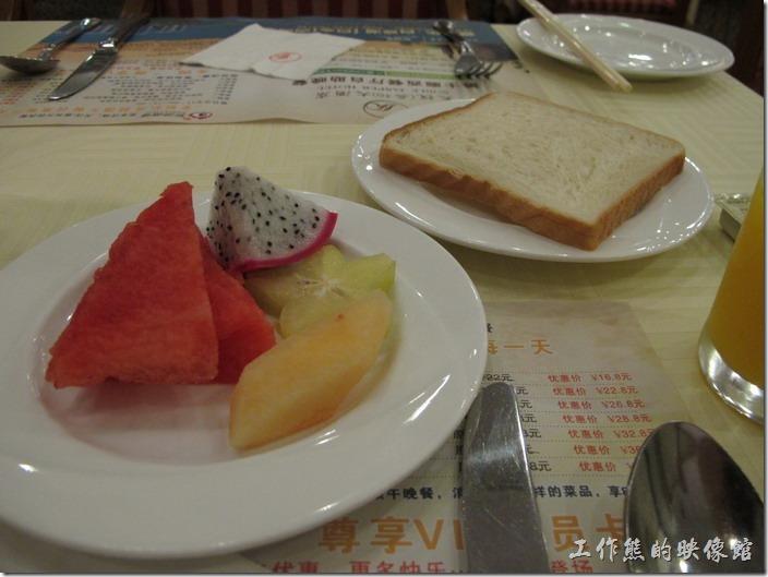 惠州天悅(嘉柏)大酒店。這就是我的早餐了,一塊土司幾片水果。