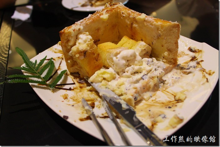 台東-愛上台東義大利餐廳。土司的內層鬆軟有彈性,建議也要塗抹冰淇淋一起食用,吃起來的感覺有點像冰淇淋蛋糕,有別於土司外皮。