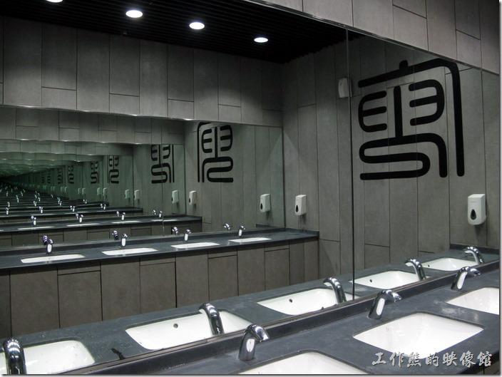 上海-中華藝術宮。洗手間內鏡子的特效。