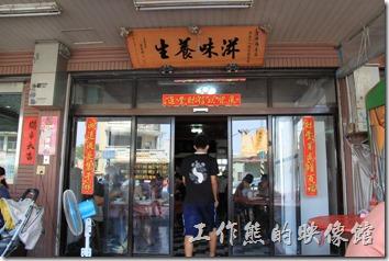 台南-土城海產的客人都已經坐到了騎樓來了,連同室內外大概有二十桌左右,不但滿座,還一堆人排隊等候。