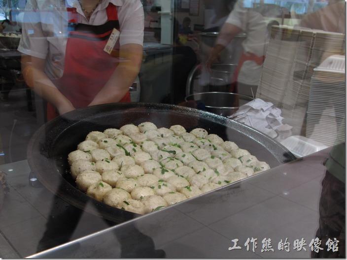 小楊生煎包放在平底鍋內油煎的情形,目前看到的其實是它的肚子,捏起來的頭則放再下面煎,大概賣像比較好吧!
