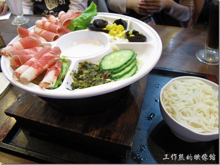 上海-老北橋的過橋米線。這是肥牛過橋米線,除了肥牛外,還有木耳、玉米粒、小黃瓜、金針菇、豆皮、雪菜,都是容易燙熟的食物。