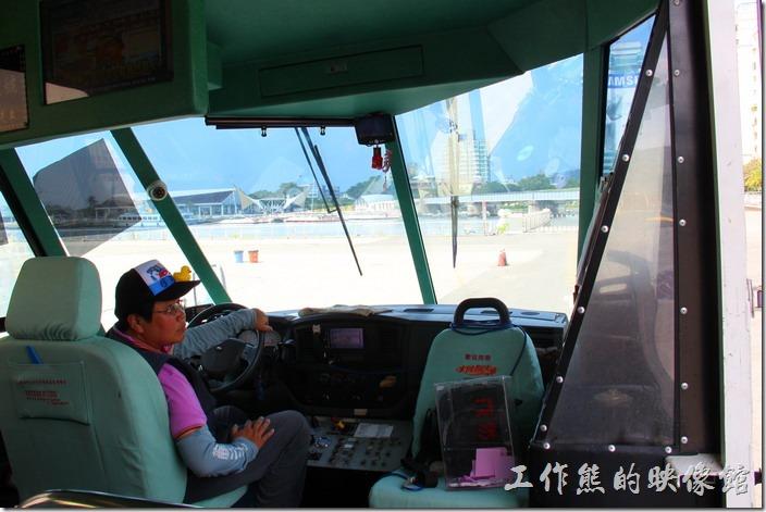 高雄光榮碼頭-水陸觀光車(鴨子船)。鴨子船駕駛坐的位置。