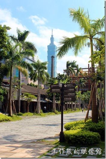 台北-誠品生活松菸店。松山菸廠的代表煙囪與101相映成趣。