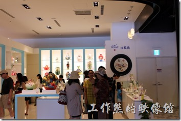 台北-誠品生活松菸店。一樓有台北花苑,這是我偶而會再網路訂花的花店,以及以精巧陶瓷聞名的「法藍瓷(FRANZ)」。