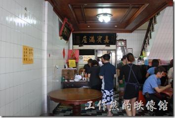 台南-土城海產的餐廳室內風景,滿滿的都是人。