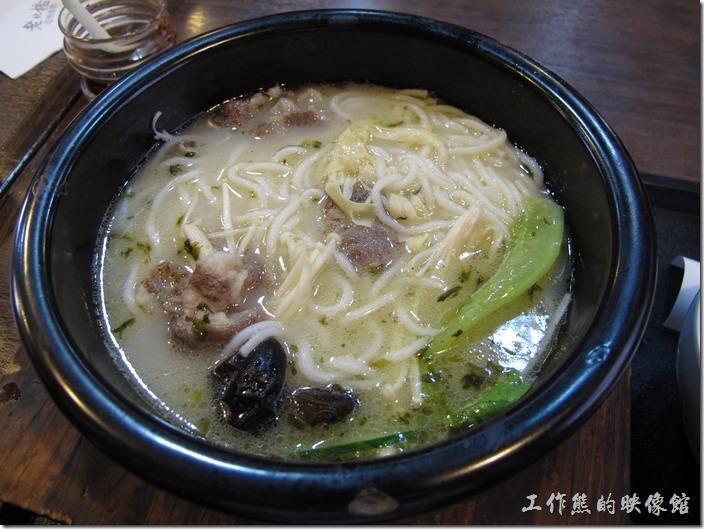 上海-老北橋的過橋米線。接著把米線也跟著下的熱湯中,這裡的米線做得與細麵條差不多粗,吃起來湯頭很清甜,帶點淡淡的雞肉味。