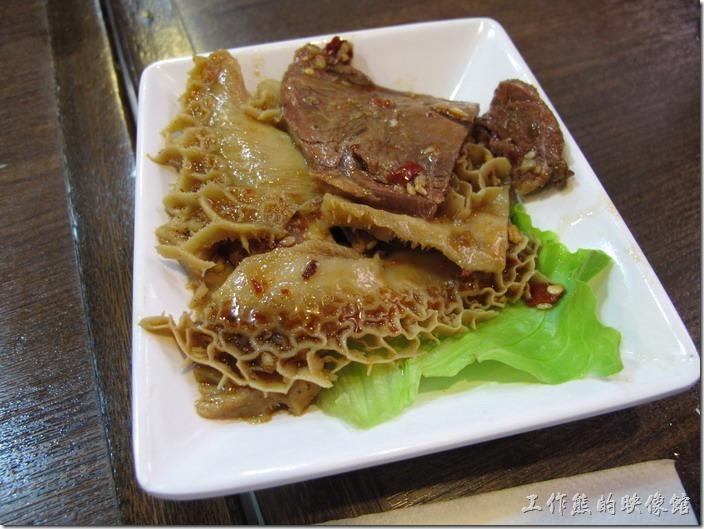 上海-老北橋的過橋米線。這是夫妻肺片小菜,滷得還蠻到位的。