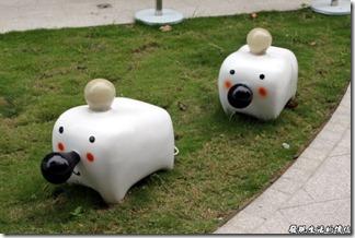 這個好像是駁二的新裝置藝術,其實我也不是很清楚這叫社什麼名字,牠們的模樣像狗又像豬的,不過都怪可愛的就是了,而且每隻的頭上都裝有一顆白色的燈泡,鼻子上有一黑色燈泡,不知道他們晚上會不會發光啊!就姑且稱牠們為燈泡寶寶吧!有大有小,應該是小朋友的最愛吧!不過好像禁止跨作耶!