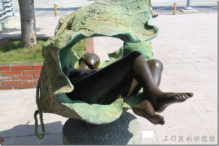 高雄-駁二特區。無逝歲月(Timeless),身體上女性的特徵都雕塑出來了,不過讓人不敢褻玩。