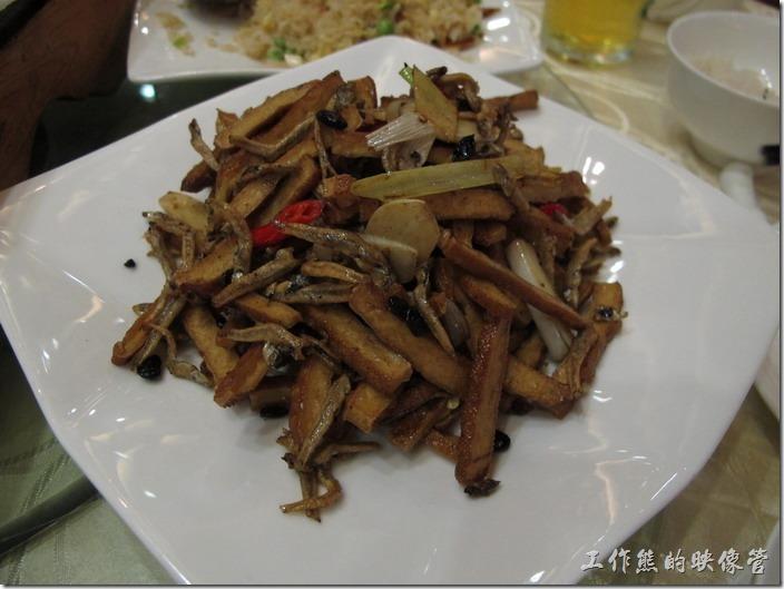 上海-寶島曼波。豆干小魚(客家小炒),豆干有點硬且沒有把味道炒出來,小魚乾還不錯吃,但有點鹹。似乎應該要放些青椒及魷魚。