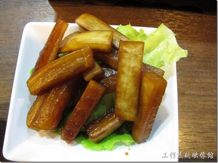 上海-老北橋的過橋米線。小菜-話梅醬蘿蔔,RMB6。吃起來跟我們的醃蘿蔔很像,我是吃不到梅子的味道啦。
