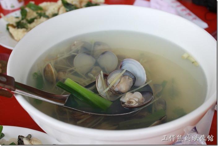 台南土城海產。蛤蜊湯,這蛤蜊飽滿紮實,但湯頭似乎有點清淡,大概是我們家已經習慣重口為了吧!