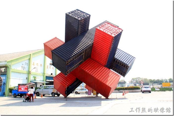高雄-駁二特區。忘記這裡原來擺放什麼裝置藝術了,不過這次看到的是疊起來的貨櫃。