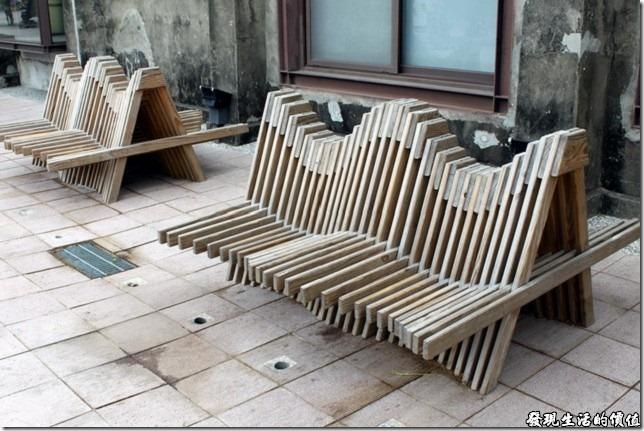 高雄-駁二。我記得以前曾看過類似造型的椅子,不過是用紙板做成的,而這個用的是木板,不過坐起來似乎有點不太符合人體工學,管他的呢!年輕男女坐在這應該可以看得出感情好不好,要嘛做得更靠近年在一起,不然就是分得遠遠做得更開。