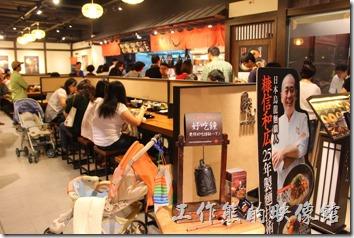 台北-誠品生活松菸店。B2還有手工烏龍麵「稻禾」,一樣大排長龍。