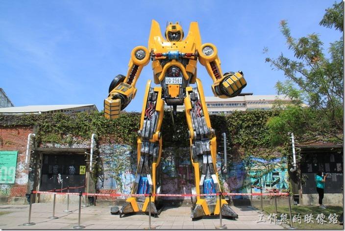 高雄-駁二特區。我還在想最近怎麼都沒有看到「大黃蜂」上電視了,原來牠已經在這裡駐廠啦!真的是真車版,站起來比房子還高呢。