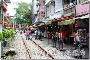 十分寮老街更有別於一般台灣老街總以就年代的建築及古玩意來吸引遊客,這裡最大的特色是其獨特的民宅緊鄰平溪鐵支路軌道的「火車門前過」景色而聞名。