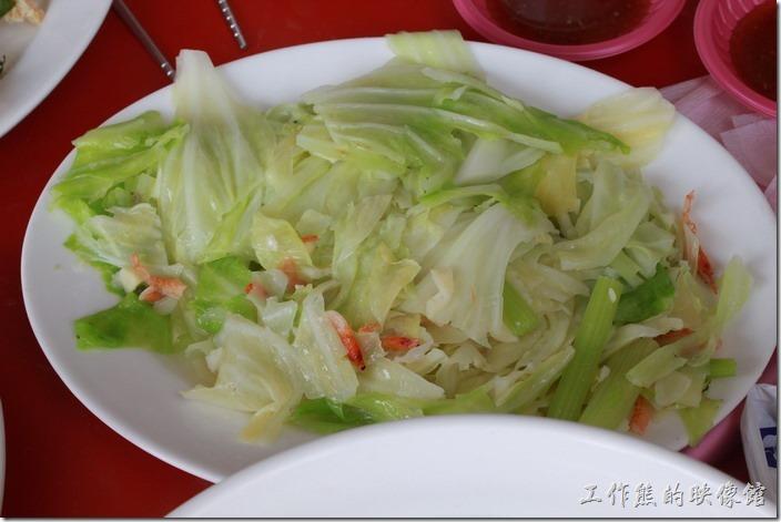 台南土城海產。炒高麗菜,上面還有櫻花蝦入味,但是蒜頭似乎放得有點太多了,吃起來都是蒜頭味,反而掩蓋了原來高麗菜的清甜。