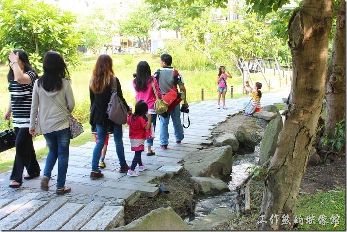 台北-誠品生活松菸店。舊松山菸廠有一座生態池,一旁也有人形步道。