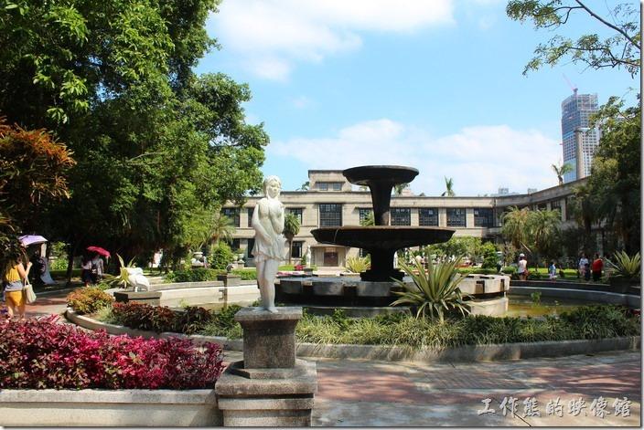 台北-誠品生活松菸店。來松山菸廠,除了拜訪新落成的誠品生活之外,也別忘了這裡還有一座造型典雅的巴洛克花園以及兩層的噴水池。