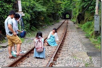 平溪線的最大特色就是可以躺在鐵軌上盡情的拍照,或是優閒的走在鐵軌上,不過還是小心為上,畢竟還是有火車行走。