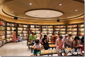台北-誠品生活松菸店。很欣賞誠品的一點是書店內就有輕食餐廳,另外也設置舒適的環境,讓想看書的客人可以坐下來看書。