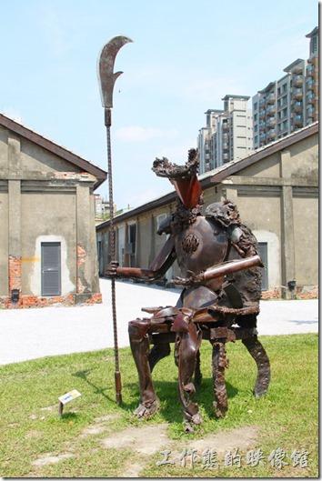 高雄-鐵道故事館。這個好像拿著大刀的武士。