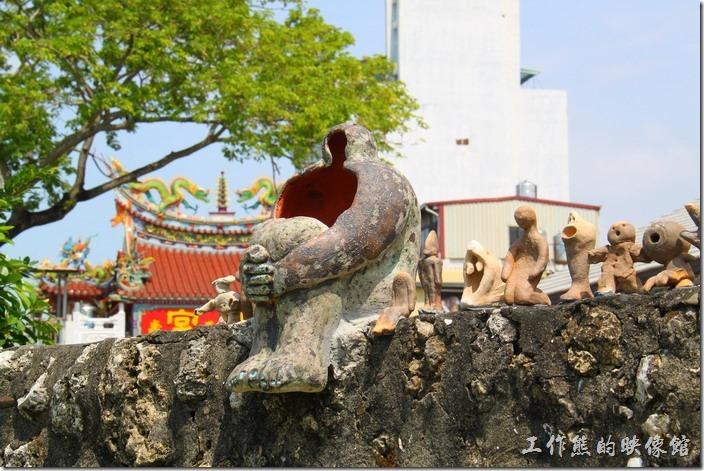 高雄-鐵道故事館。坐在傾頹圍牆上的這些陶瓷似乎正在訴說著他們的故事...