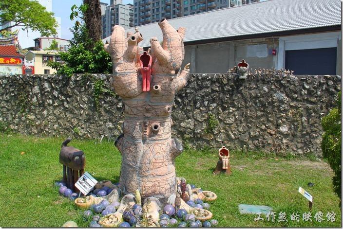 高雄-鐵道故事館。這作品取名為「火焰樹」,倒像是人體的內臟器官。