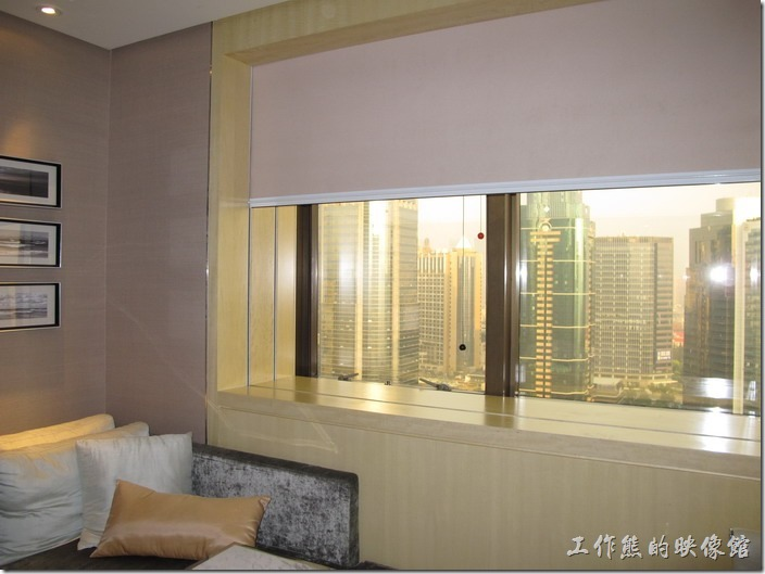 上海-齊魯萬怡酒店。這是高樓層的房型,窗戶比較小一點,但視也比較好,也沒有遮蔽物來阻擋視線,不過房間似乎比較小一點。