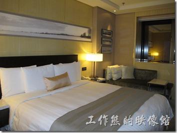上海-齊魯萬怡酒店。高樓層的房型感覺比較溫馨,但空間比較小一點,而且一進門就用衣櫃當屏風檔住動線,有點不太習慣。