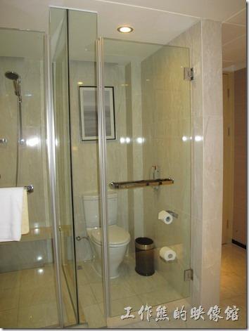 上海-齊魯萬怡酒店。高樓層的房型還有個問題,就是洗手間及淋浴間就在入口處,有點不太安全的感覺,而且沒有浴缸,但有乾濕分離的淋浴間。