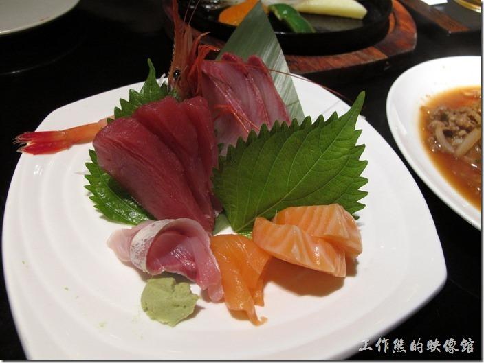 上海-百蝶居酒屋 HYAKUCHO。這是特色套餐的另外一份主菜,這份綜合生魚片讓我很滿意,因為份量還滿多的,不是一般的七片,而是十片以上,其他的一片三文魚已經被夾走了,魚片也是很新鮮。